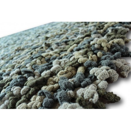 Zielony ciekawy dywan wełniany Ava Handfab jak robiony na szydełku baaardzo gruby